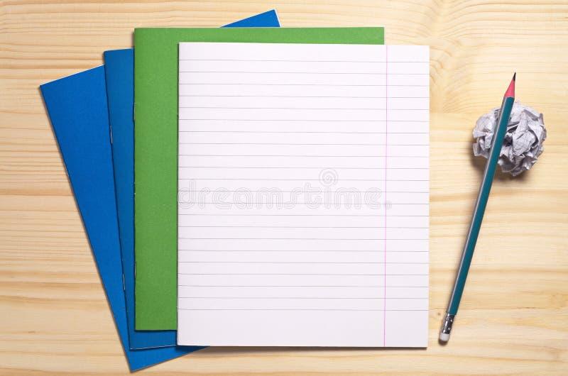 学校笔记本和铅笔 免版税库存照片
