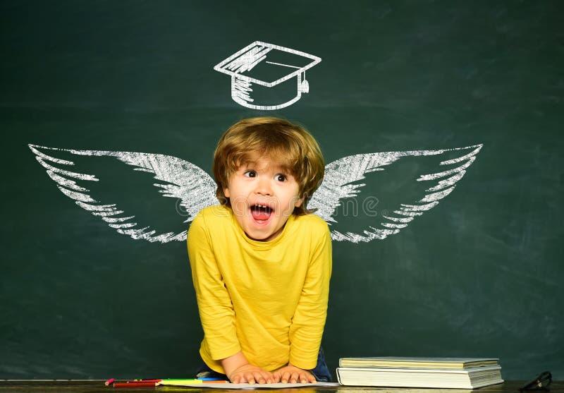 学校翼和梦想 ( 愉快的学校孩子 有天才的孩子 ?? 免版税库存图片
