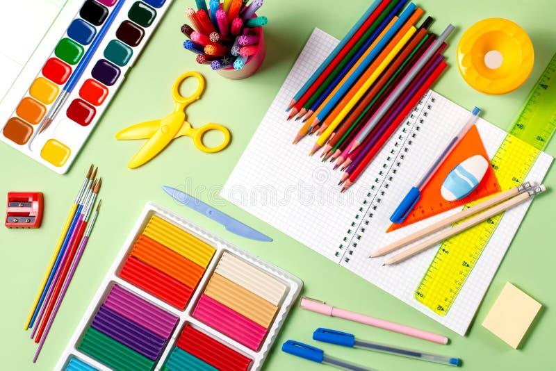 学校背景 在桌面,拷贝空间上的各种各样的学校用品 库存照片