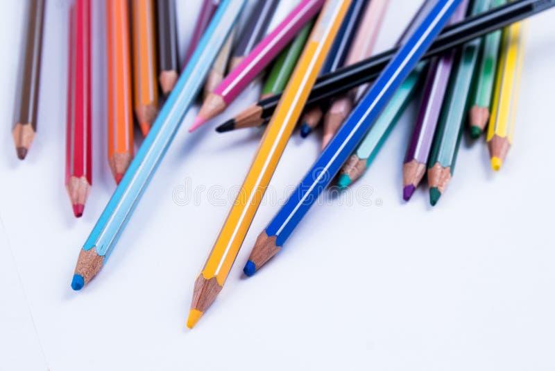 学校设备:在白色背景的色的铅笔 免版税库存图片