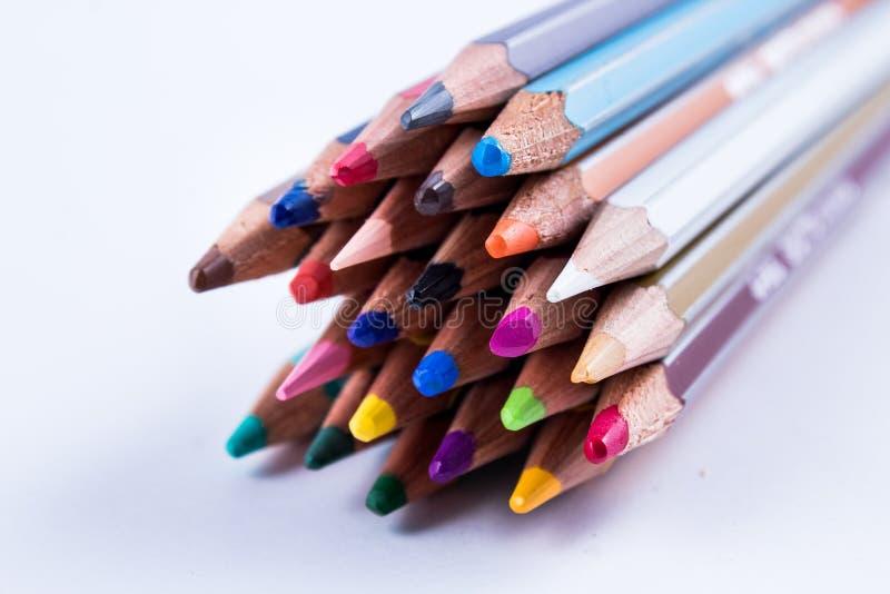 学校设备:在紧的束的色的铅笔;所有颜色 免版税库存图片