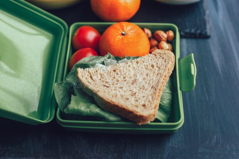 学校饭盒用三明治和新鲜蔬菜、坚果和果子 库存图片