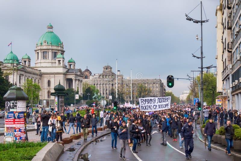 学生上街游行对抗议反对塞尔维亚政府 免版税库存照片