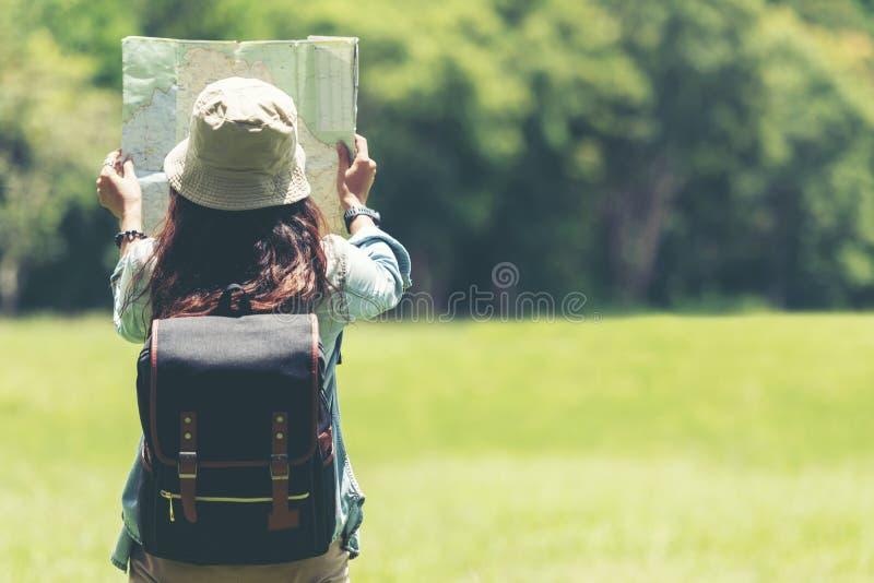 学生亚裔妇女和旅客有背包冒险的 库存图片