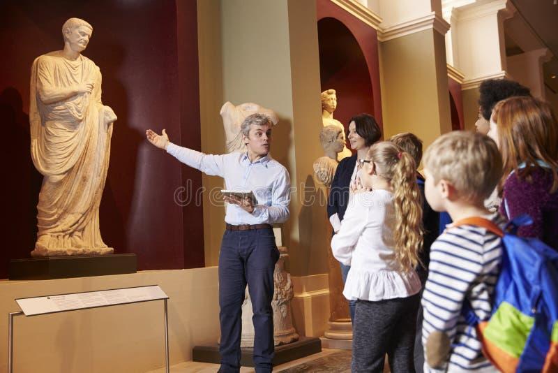 学生和老师学校实地考察的到博物馆有指南的 免版税库存照片