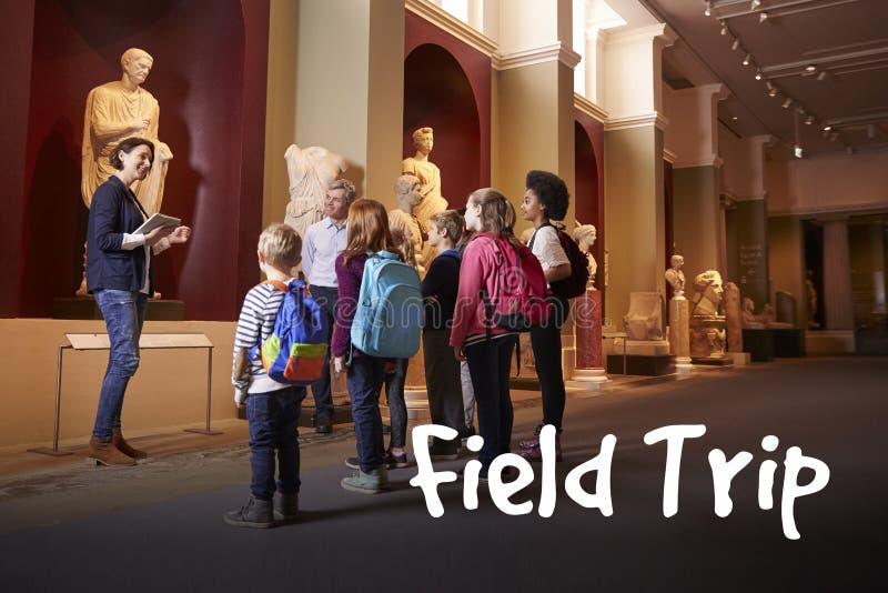 学生和老师学校实地考察的到博物馆有指南的 免版税库存图片