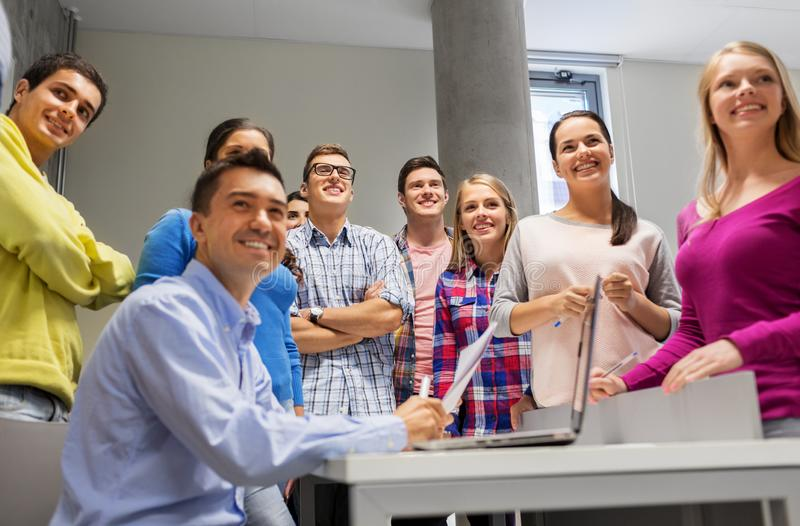 学生和老师有纸和膝上型计算机的 库存图片