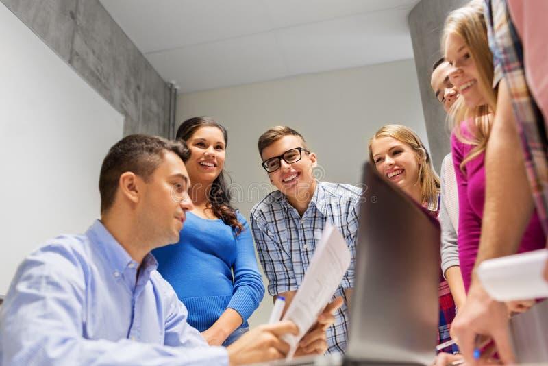 学生和老师有纸和膝上型计算机的 免版税图库摄影
