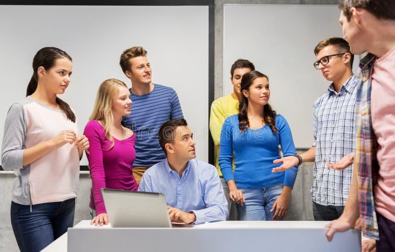 学生和老师有膝上型计算机的在学校 免版税图库摄影