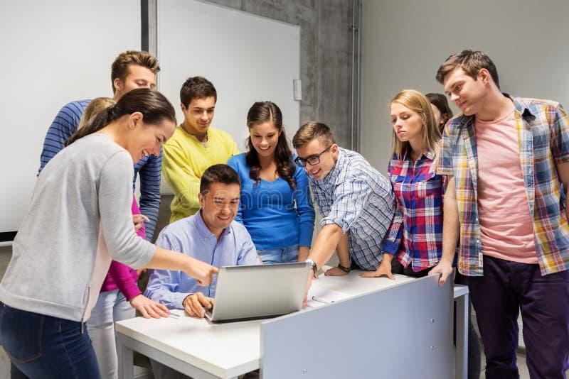 学生和老师有膝上型计算机的在学校 库存照片