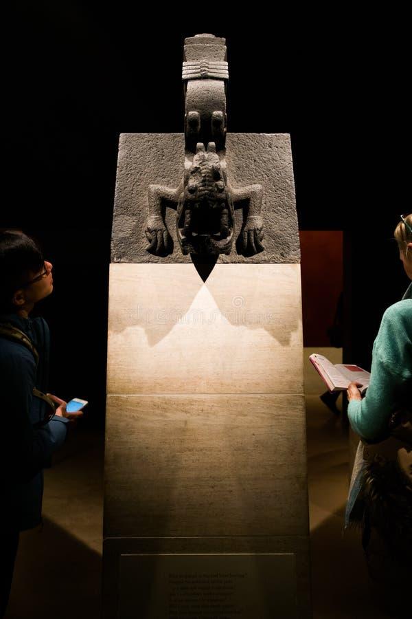 学生在大英博物馆认真学习一个古老雕塑 库存照片