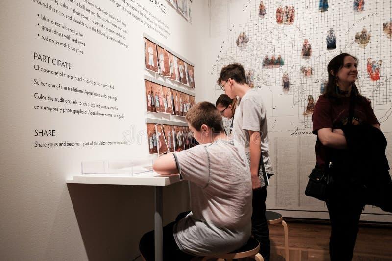 学生在波特兰美术馆享受交互式颜色研究 免版税图库摄影