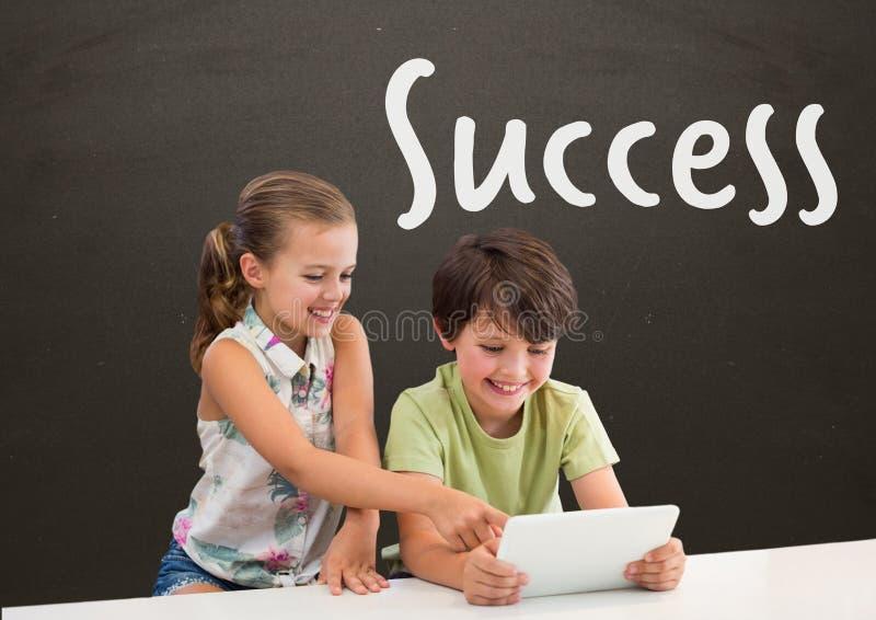 学生在看片剂的桌上反对有成功的灰色黑板发短信 库存例证