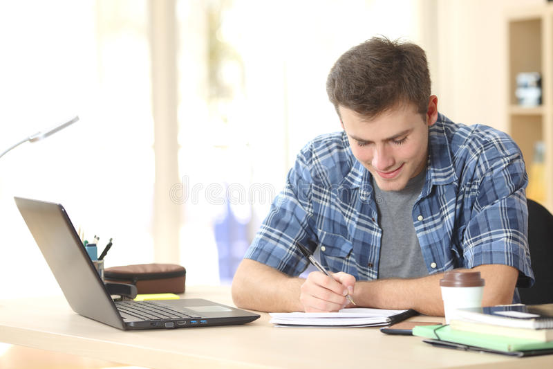 学生在笔记本的文字笔记 免版税库存图片