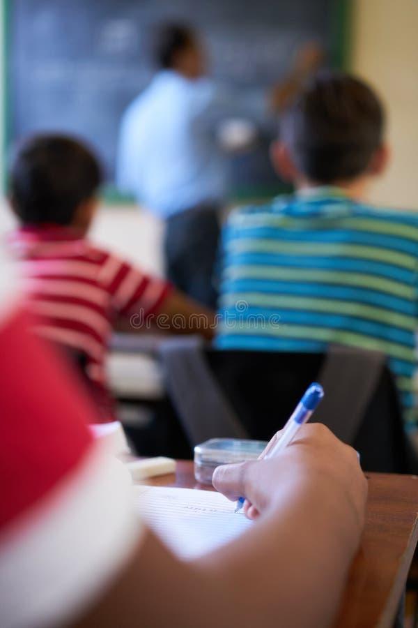 学生在纸的手文字特写镜头在学校 库存图片