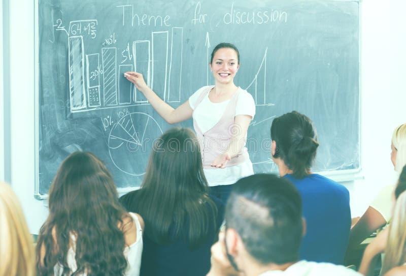 学生在黑板附近给答复 库存图片