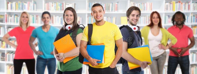 学生大学生年轻人研究图书馆学会横幅教育微笑的小组愉快 免版税库存图片
