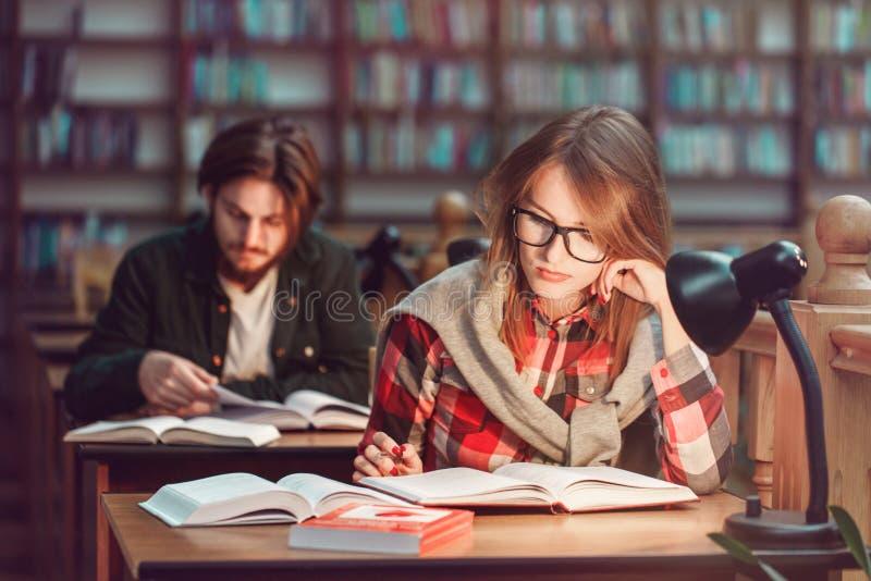 学生夫妇画象在图书馆里 免版税库存图片