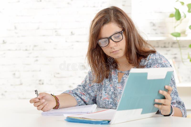 学生女孩做家庭作业 免版税库存照片