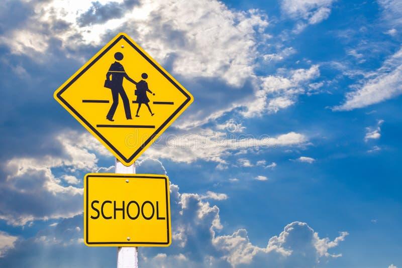学生孩子过路学生护送的警报信号街道 免版税库存照片
