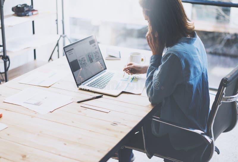 学生工作过程概念 与普通设计膝上型计算机的少妇运作的大学项目 分析计划手 库存照片