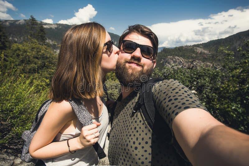 学生愉快的微笑的夫妇爱的采取selfie自画象,当远足在优胜美地国家公园,加利福尼亚时 库存图片