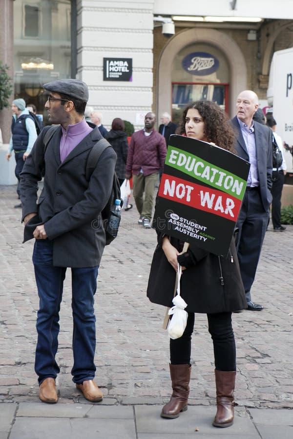 学生抗议反对费和裁减和债务在中央伦敦 免版税库存图片