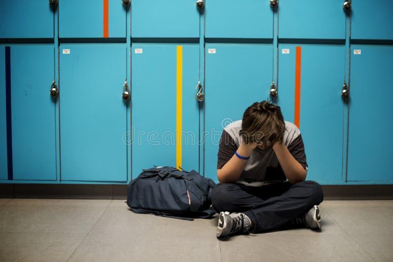 年轻学生拷打学校胁迫 免版税库存照片