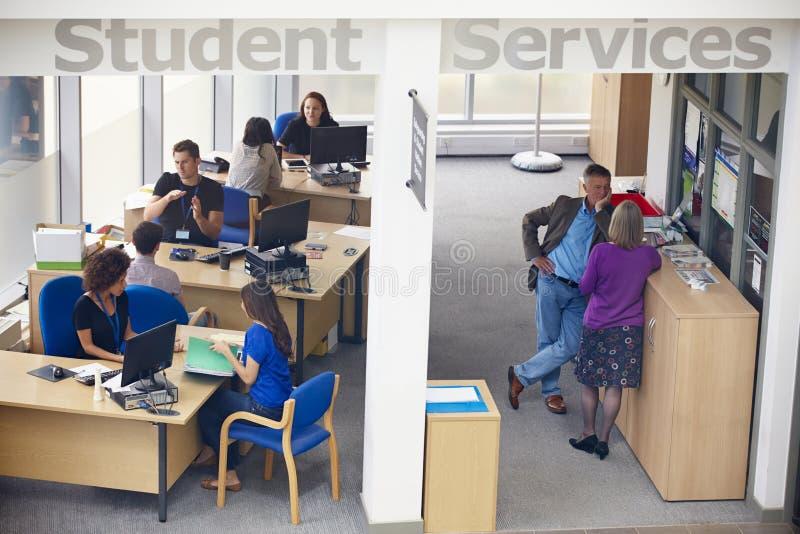 学生提供忠告的大学的供应部门 免版税库存图片
