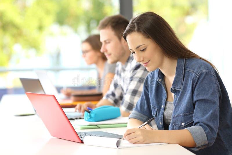 学生文字笔记在教室 库存照片