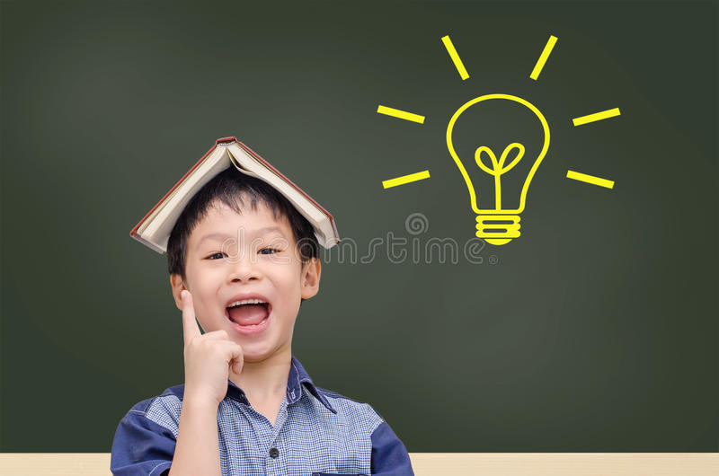 年轻学生有与电灯泡的好想法 免版税库存图片