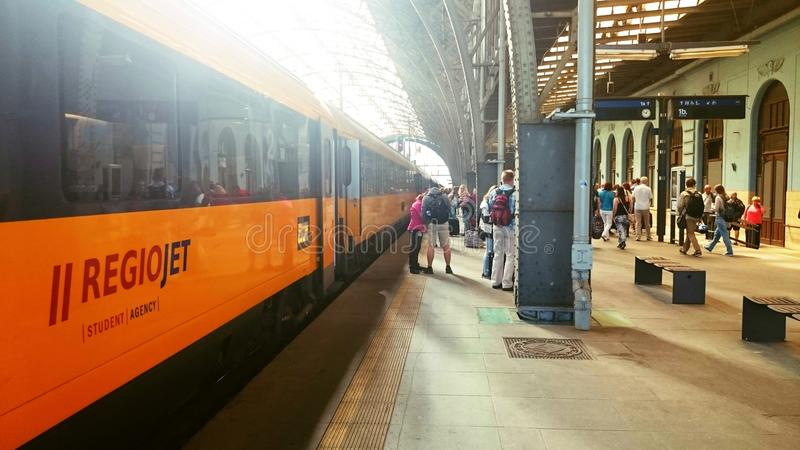 学生机构雷希奥在布拉格驻地的喷气机火车 免版税图库摄影