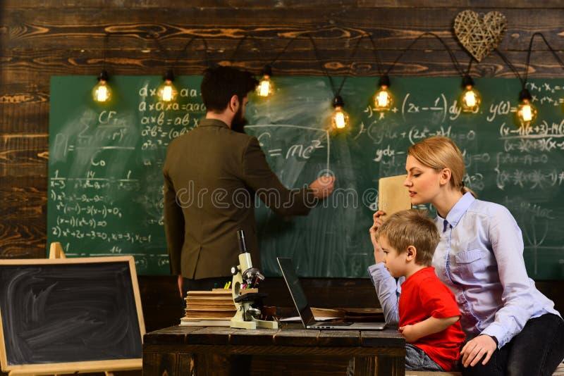 学生校园教育知识概念,有些学生通过听,会议训练计划学会最好 库存照片