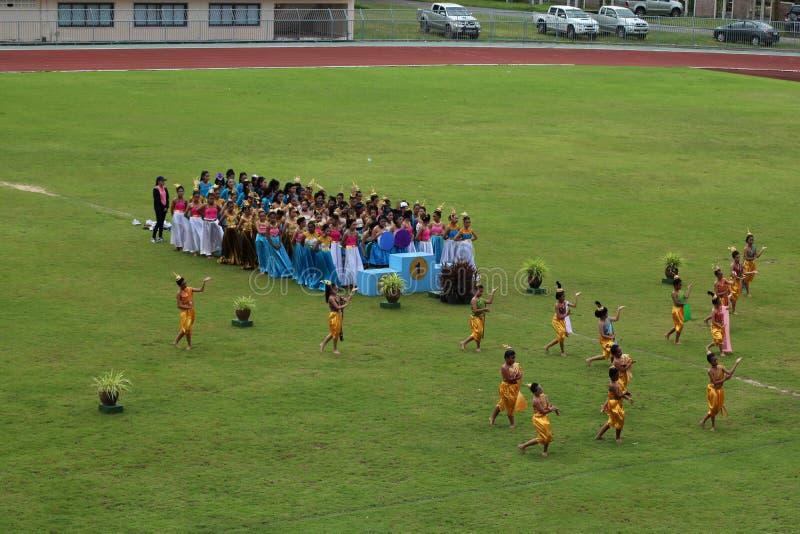 学生泰国舞蹈表现在体育场,泰国2016年8月19日内 免版税库存照片