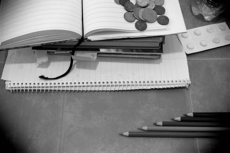学生消沉概念 书、硬币和疗程/药片天线罩包装  免版税库存图片