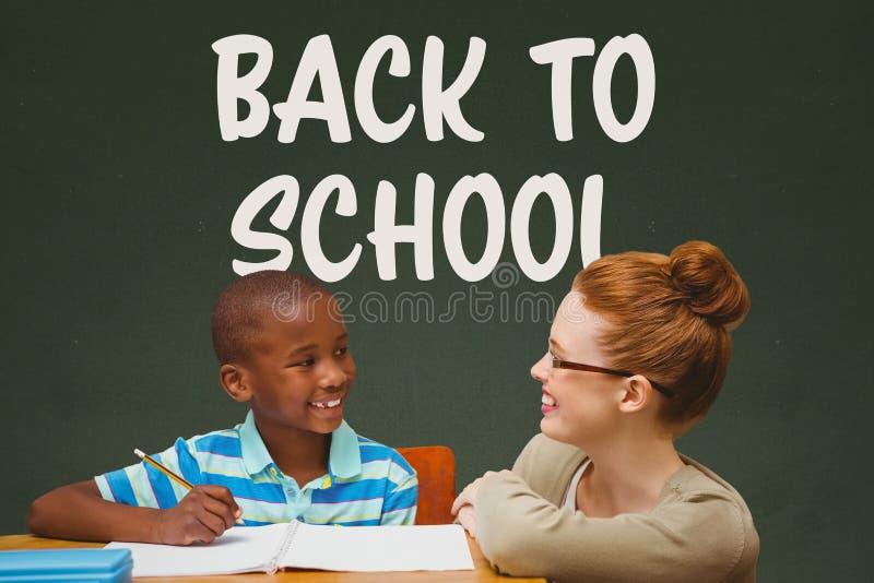 学生男孩和老师在桌上反对绿色黑板有回到学校课文的 库存例证