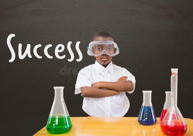 学生男孩在反对灰色黑板的桌上有成功文本的 向量例证
