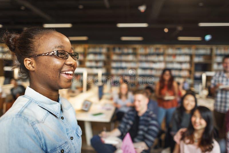 学生研究同学教室演讲概念 免版税库存图片