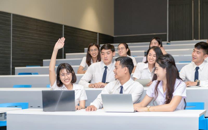 学生要求老师的培养手在教室 免版税库存图片