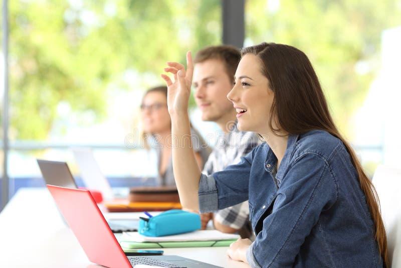 学生请求地板在教室 免版税库存照片