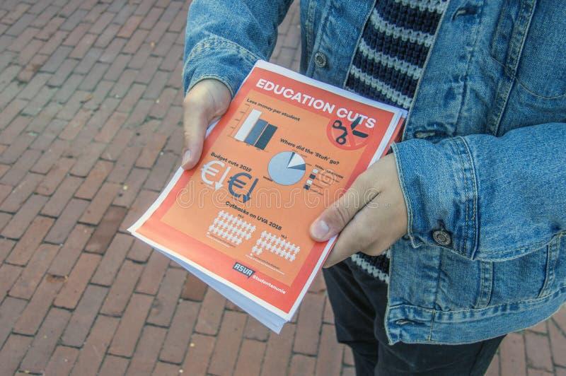 学生跟随教训外面抗议反对在教育的裁减 所有在荷兰相似的抗议附近将继续 A 免版税图库摄影