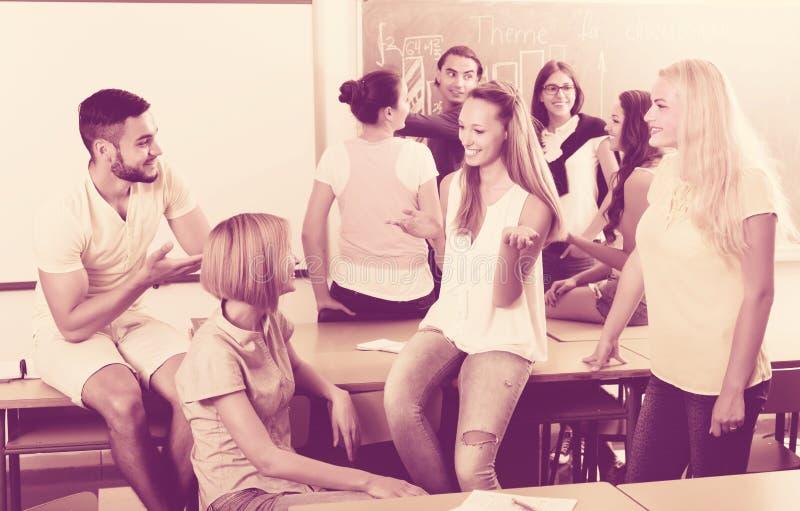 学生通信在教室 库存照片