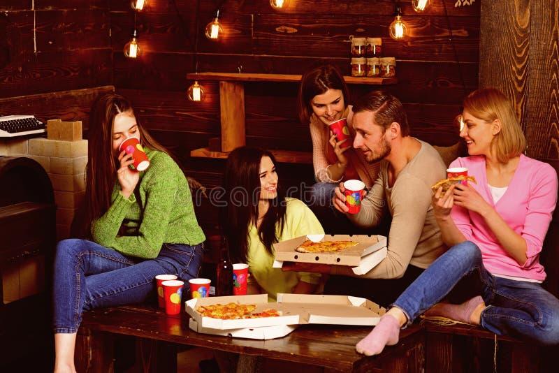学生,朋友,有老师的小组伙伴庆祝,获得乐趣,黑暗的木内部背景 青年时期庆祝与 免版税库存照片