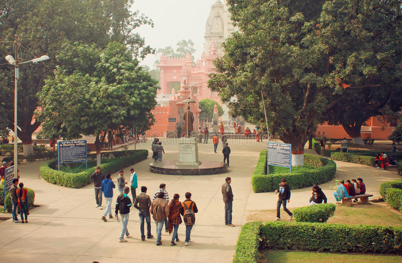 学生去校园通过Bannares印度大学公园  免版税库存照片