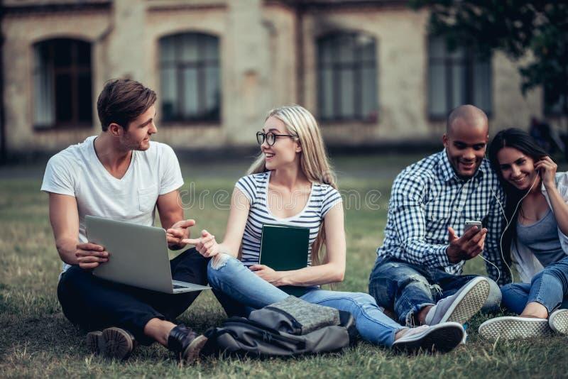 学生临近大学 免版税库存照片