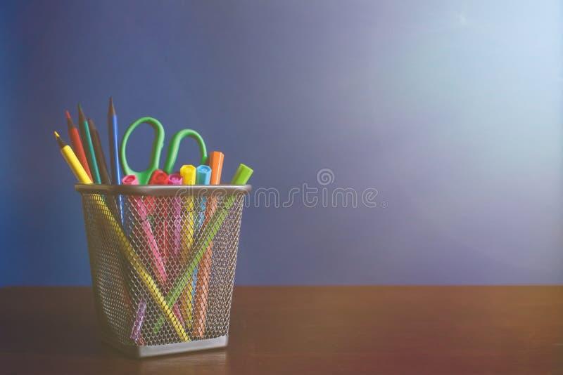 学童和学生研究辅助部件 r 铅笔和毛毡笔在蓝色backgroung与光线 库存图片