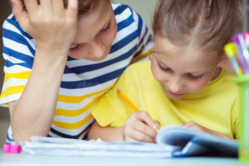 学童是回来了到学校和学会在桌上在教室 库存照片