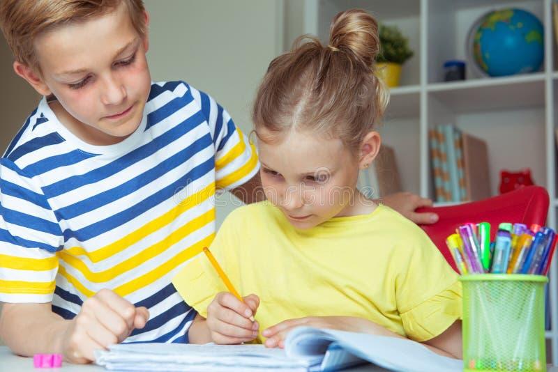 学童是回来了到学校和学会在桌上在教室 库存图片