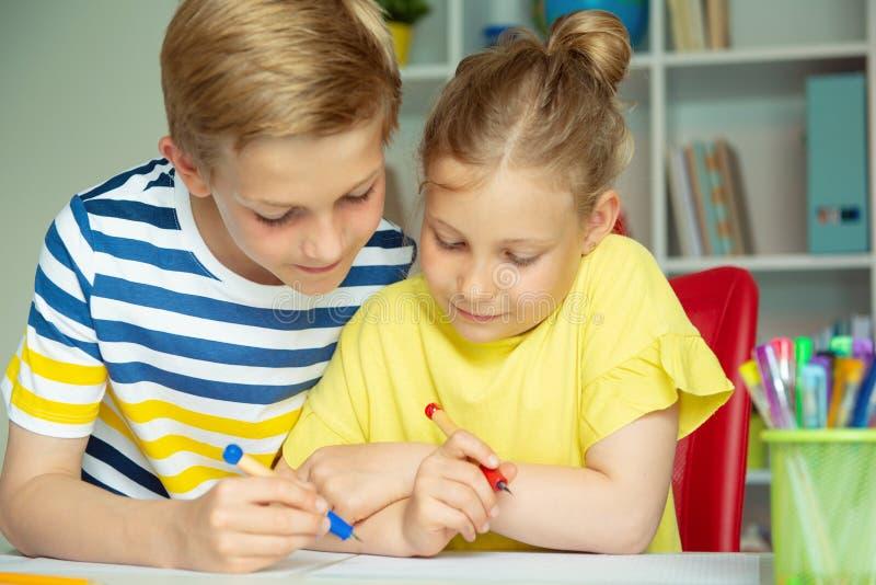 学童是回来了到学校和学会在桌上在教室 图库摄影