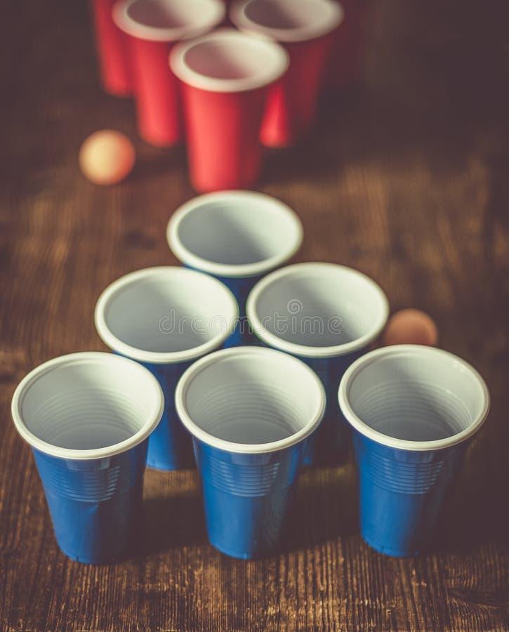 学院党体育-啤酒pong桌设置 库存照片